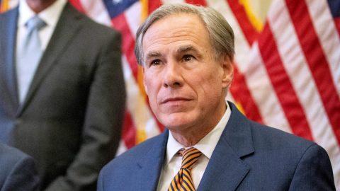Texaský guvernér Abbott zakázal všem subjektům vyžadovat očkování proti covidu-19