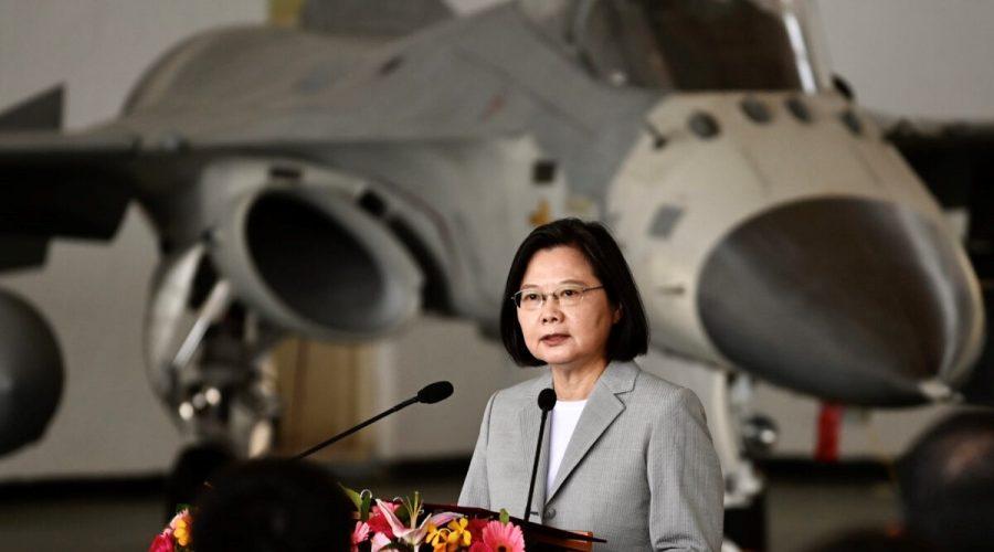 Tchajwanská prezidentka Tsai Ing-wen hovoří před stíhacím letounem domácí výroby F-CK-1 během své návštěvy letecké základny Penghu na ostrově Magong na souostroví Penghu 22. září 2020. (Sam Yeh/AFP via Getty Images)