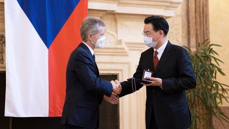 Předseda Senátu udělil stříbrnou medaili tchajwanskému ministru zahraničních věcí