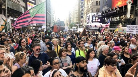 New York: Tisíce lidí na Times Square demonstrovaly za svobodu (reportáž)