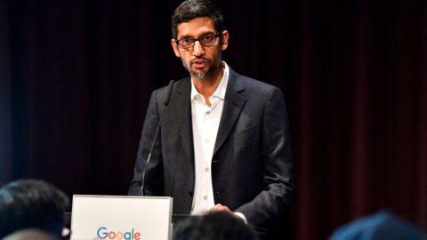 """Google manipuluje výsledky vyhledávání """"kontroverzních"""" témat, informoval Breitbart"""