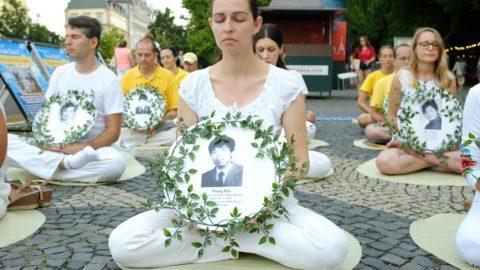 Slovensko: Před čínským velvyslanectvím se protestovalo proti represím vČíně, prezidentka Čaputová odsoudila porušování lidských práv